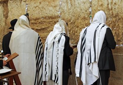 Religieux juifs priant devant le Mur des Lamentations a Jerusalem