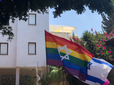 Drapeaux LGBT et d'Israel ensemble pour la Gay Pride