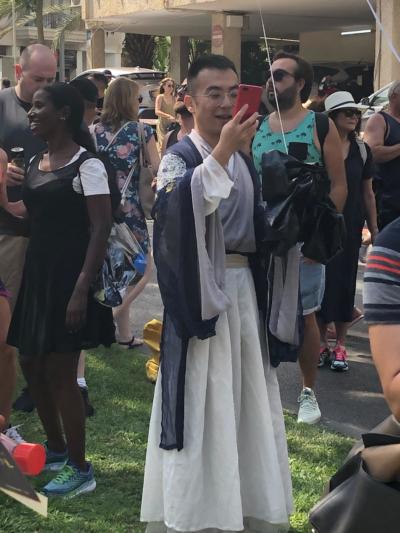 Un touriste en tenue traditionnelle japonaise participe a la Gay Pride Tel Aviv 2019