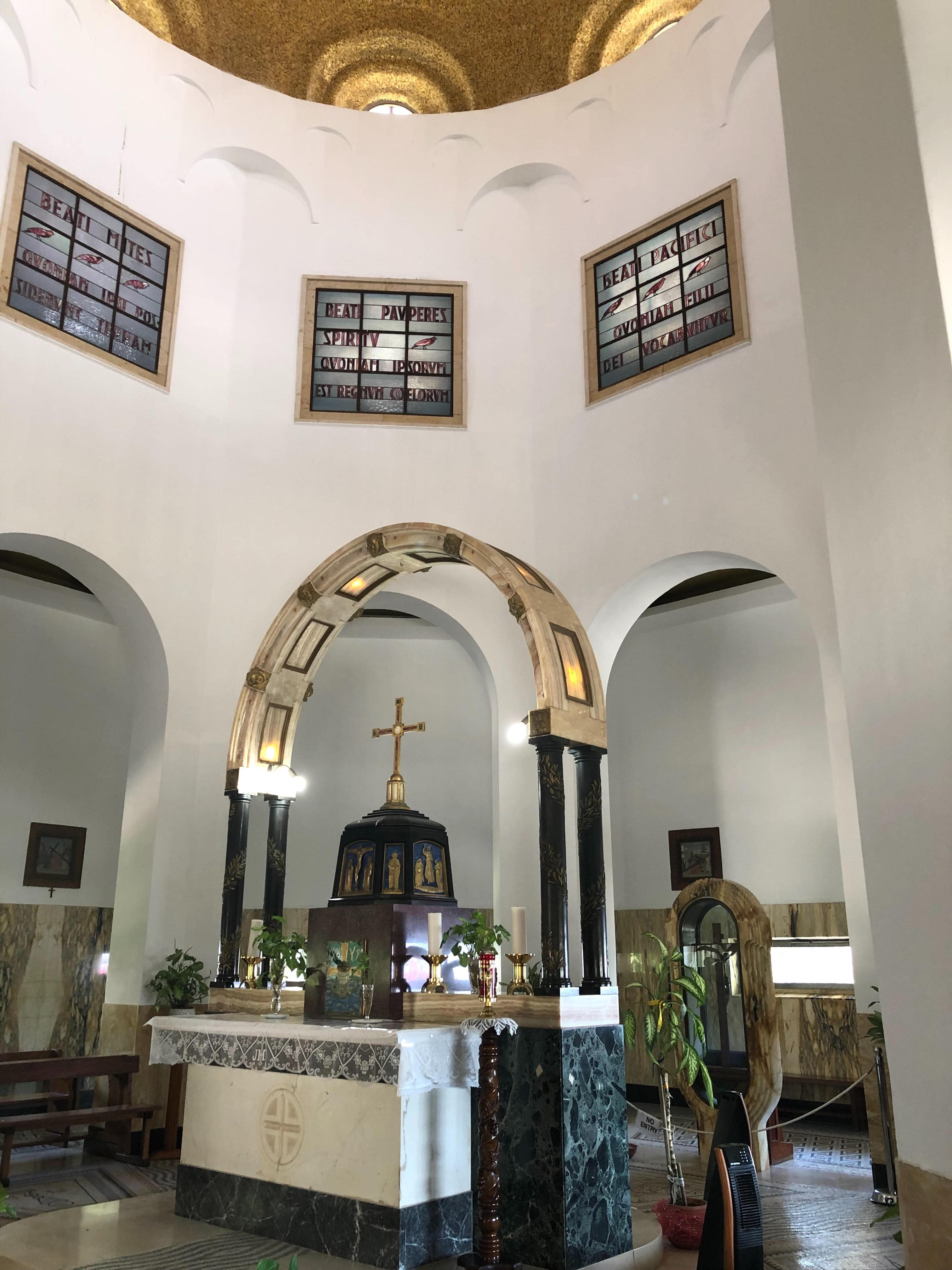 Vue intérieure de l'église du Mont des Béatitudes