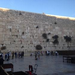 Le Mur des Lamentations (ou Kotel) à Jérusalem est le lieu le plus saint pour le judaisme