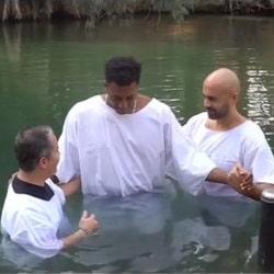 Le chanteur Lecrae se fait baptiser à Yardenit dans les eaux du Jourdain