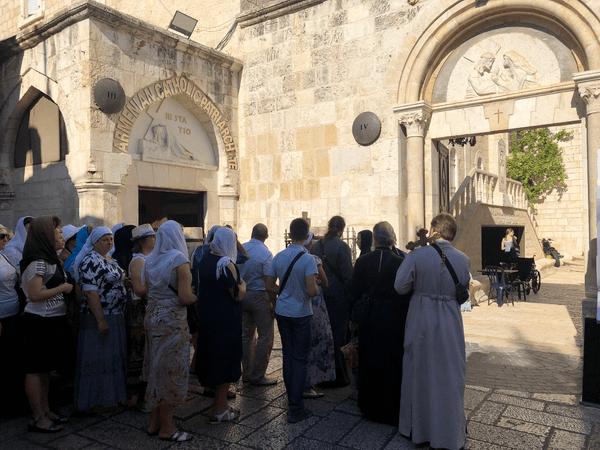 Pèlerins sur la Via Dolorosa ou Chemin de Croix à Jérusalem