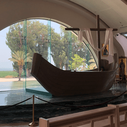Magdala entre le Mont Arbel et la mer de Galilée